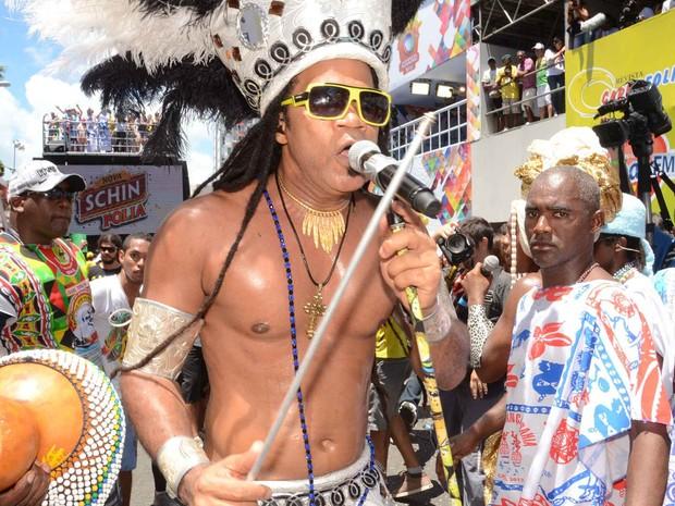 Carlinhos Brown desfile no chão (Foto: Renato Rios/ G1)