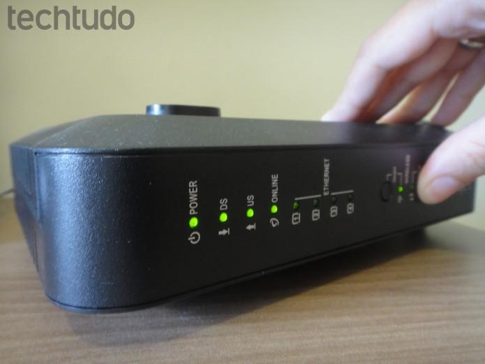 Pressione o botão de configuração no roteador e o cadeado no repetidor  (Foto: Isabela Giantomaso/TechTudo)