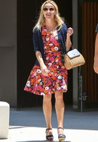 Look do dia: Reese Witherspoon aposta em vestido floral em passeio