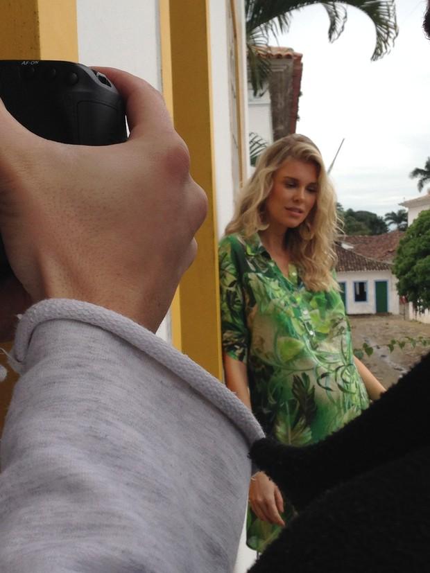 Kelly Gisch posa para campanha em Paraty (Foto: Divulgação)