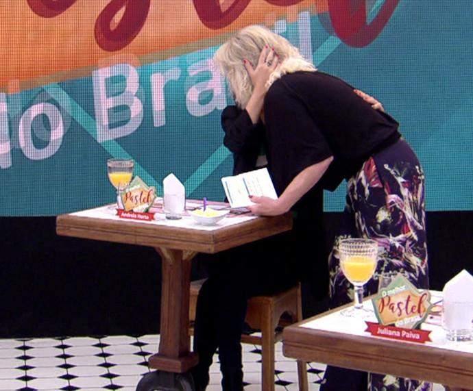 Andreia Horta dá beijo em Ana Maria para agradecer o elogio (Foto: TV Globo)