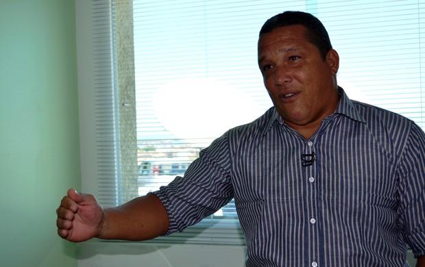 Givanildo agora vai treinar o Confiança (Foto: Felipe Martins/GLOBOESPORTE.COM)