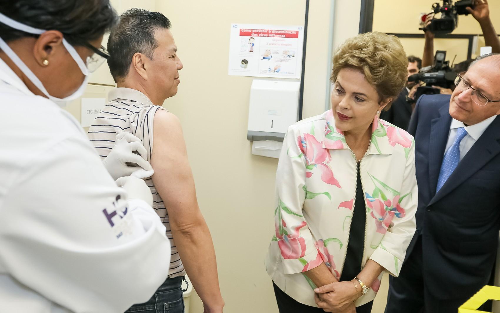 Presidente Dilma Rousseff acompanha voluntário recebendo vacina contra dengue do Instituto Butantan, no início da fase 3 de testes clínicos  (Foto: Roberto Stuckert Filho/PR/Divulgação)