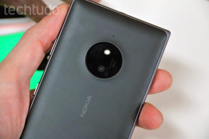 Lumia 830 possui câmera traseira de 10MP (Foto: Fabrício Vitorino/TechTudo)