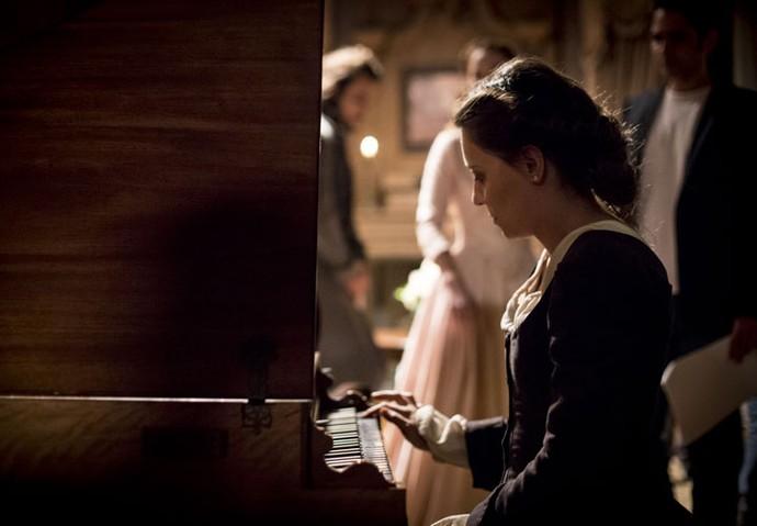 A atriz Joana Solnado ensaia a cena com o instrumento (Foto: Fabiano Battaglin/Gshow)