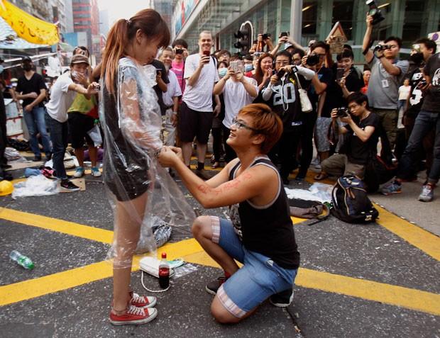 Yau Chi-hang, de 22 anos, pediu em casamento sua namorada, Crystal Chan, de 21, durante os protestos em Hong Kong (Foto: Liau Chung-ren/Reuters)