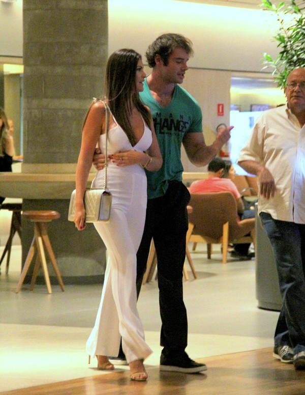 Thor Batista é clicado em shopping com a namorada