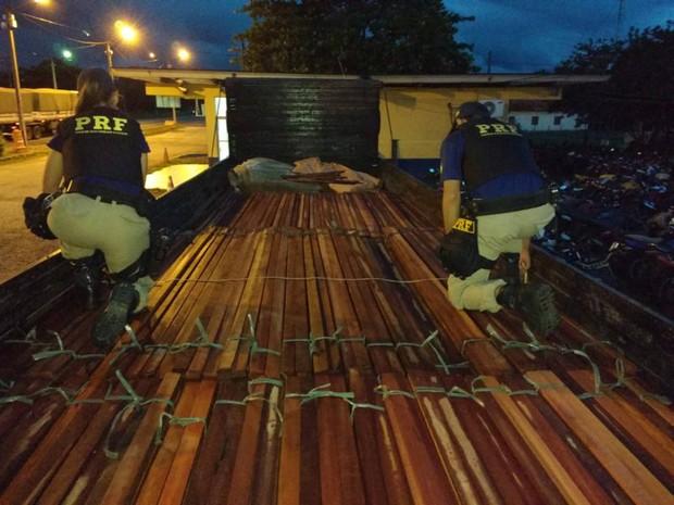 Ações de fiscalização da PRF resultaram na apreensão de cargas de madeira transportadas de forma ilegal  nas cidades de Dom Eliseu e Mãe do Rio, no sudeste do Pará. (Foto: Divulgação/Polícia Rodoviária Federal do Pará)