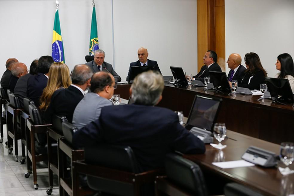 O presidente Temer (ao fundo), durante reunião com governadores para discutir segurança pública (Foto: Beto Barata/PR)