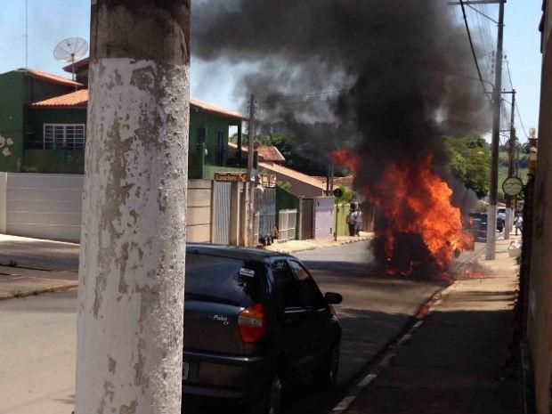 Incêndio em perua de São Miguel Arcanjo (Foto: Divulgação/Jonathas Vasaki )