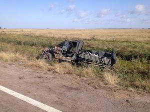 Motorista perdeu o controle do jipe e acabou capotando ao lado da rodovia (Foto: Nathalia Kiing/RBS TV)