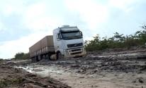 Sem asfalto, caminhões atolam e quebram na rodovia Transcerrados (Reprodução/TV Clube)