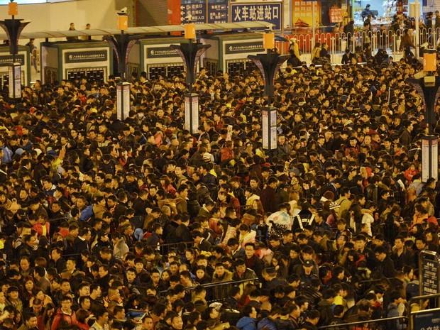 Centenas de milhares de chineses esperam para entrar em estação de trem depois que linhas ficaram atrasadas por mal tempo em Guangzhou (Foto: REUTERS/Stringer)