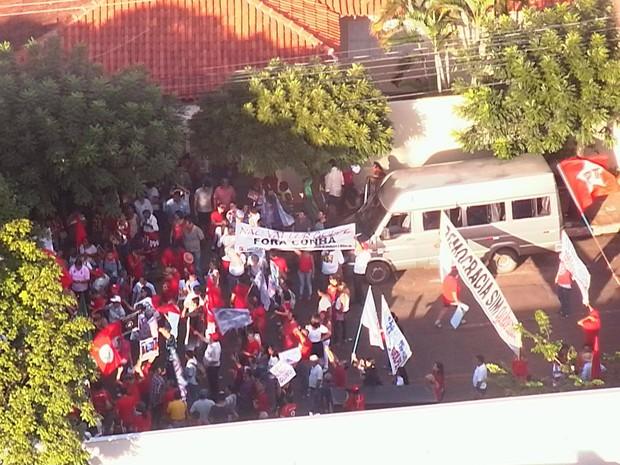 Manifestantes a favor do governo Dilma fazem ato em Campo Grande (Foto: TV Morena)