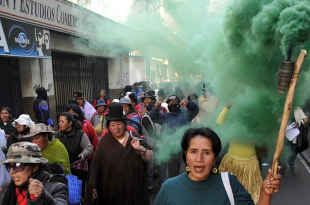 Mulheres dos oficiais participaram dos protestos na sexta-feira (22) (Foto: AFP/PHOTO/Aizar Raldes)