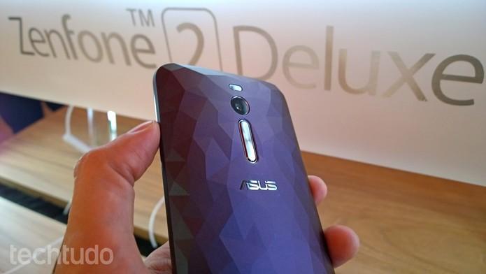 Zenfone 2 Deluxe tem design diferenciado e armazenamento de 128 GB (Foto: Fabricio Vitorino/TechTudo)