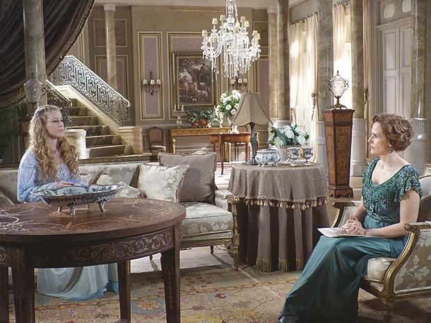 Margarida suspeita dos enjoos de Esther (Foto: Lado a Lado / TV Globo)