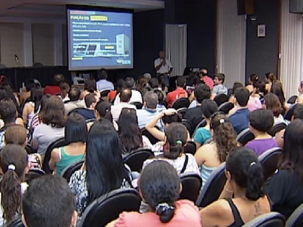 Mesários recebem orientações durante treinamento em Rio Preto (Foto: Reprodução/TV Tem)