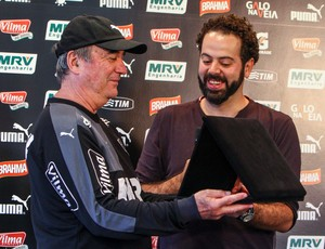 Presidente Daniel Nepomuceno entrega placa ao técnico Levir Culpi (Foto: Bruno Cantini/Flickr do Atlético-MG)