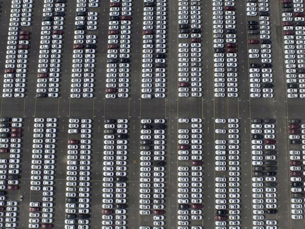 Vista aérea do pátio da Chevrolet na província de Liaoning, na China; país segue como o que mais vende carros no mundo (Foto: Stringer/Reuters)