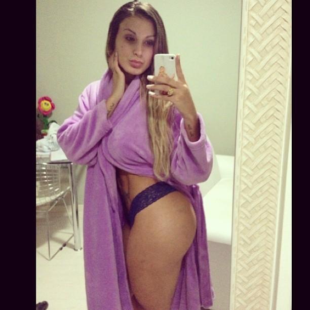 Andressa Urach posa de calcinha e roupão (Foto: Instagram/ Reprodução)