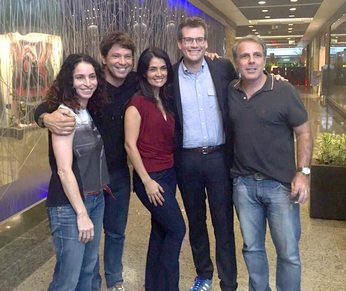 Escritor John Green posa com Rosane Svartman, Mário Frias, Patrícia França e Marcus Figueiredo (Foto: Gshow)