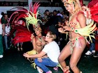 Susana Vieira rebola até o chão e faz selfie com fãs em ensaio de carnaval