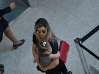 Mirella Santos embarca com a filha Valentina no aeroporto do Rio