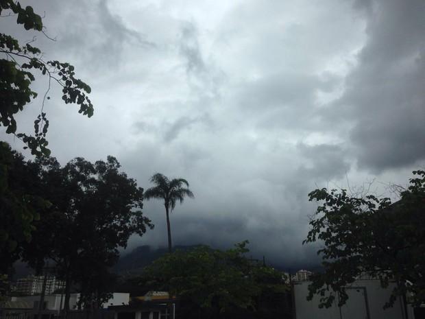 Céu escuro e nublado em São Cristóvão (Foto: Vânia Nunnes/ Arquivo pessoal)