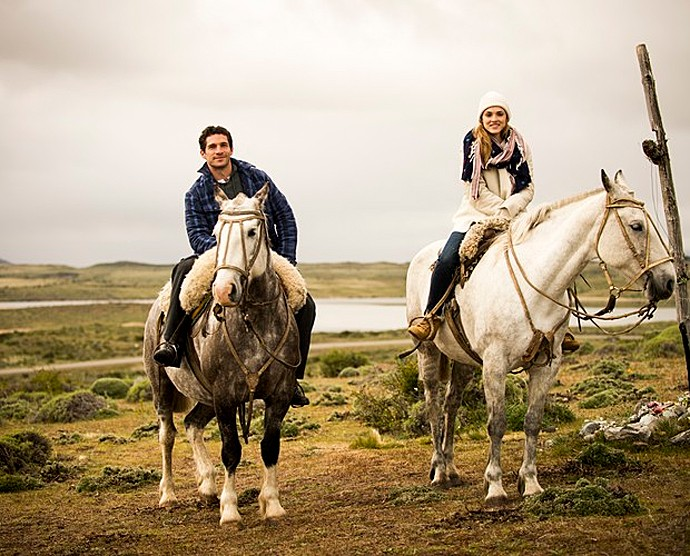Michel e Isabelle andam a cavalo durante gravações de Sete Vidas na Patagônia  (Foto: João Miguel Jr. / TV Globo)