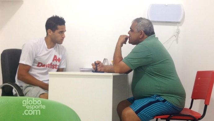 Alan Kardec se passa por auxiliar de dentista em consultório em Rio Branco (Foto: Reprodução/GloboEsporte.com)