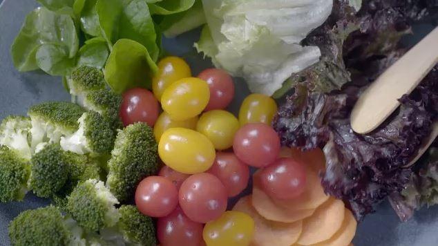 Salada de folhas, brcolis, cenoura e tomates (Foto: Reproduo)