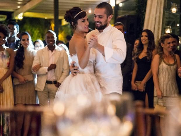 Vicente e Clara dançam juntos e Cristina morre de ciúme (Foto: Raphael Dias / TV Globo)