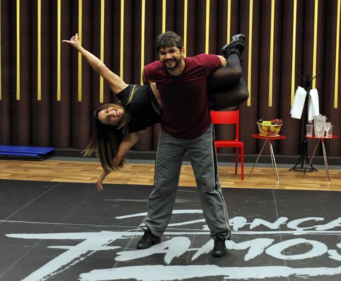 Viviane Araújo se diverte com o professor Marcelo Grangeiro (Foto: Artur Meninea / Gshow)