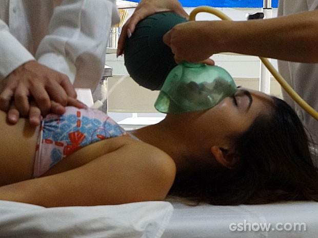 Helena fica entre a vida e a morte (Foto: Em Família / TV Globo)