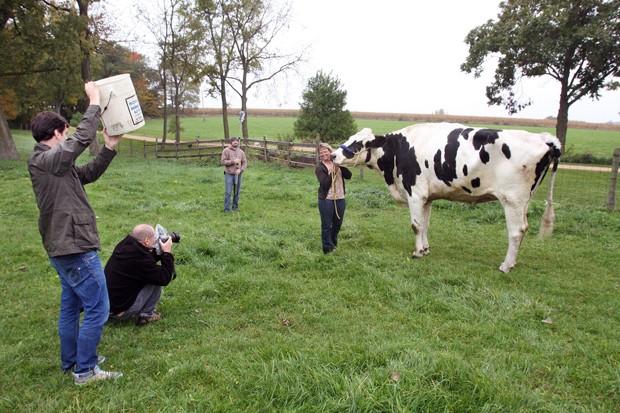 Patty Hanson, dona da vaca Blosom, sorri durante sessão de fotos nesta segunda-feira (13) em Londres. (Foto: AP/The Journal-Standard, Jane Lethlean)