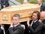 Abalado, Jim Carrey carrega caixão da namorada durante enterro