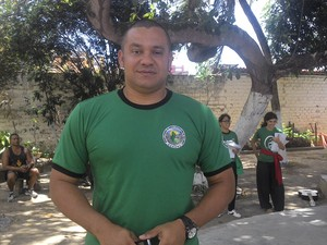 Educador físico ajuda crianças carentes há 11 anos (Foto: Larissa Vasconcelos/G1)