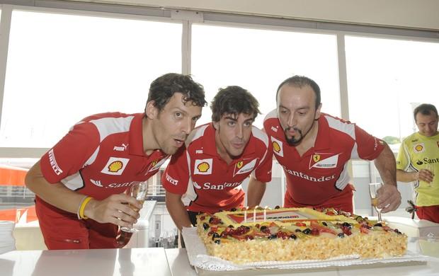 Fernando Alonso ganha bolo de aniversário após GP da Hungria (Foto: Divulgação)