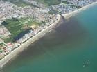 Lagoas são analisadas após mancha no mar na Praia de Perequê, em SC