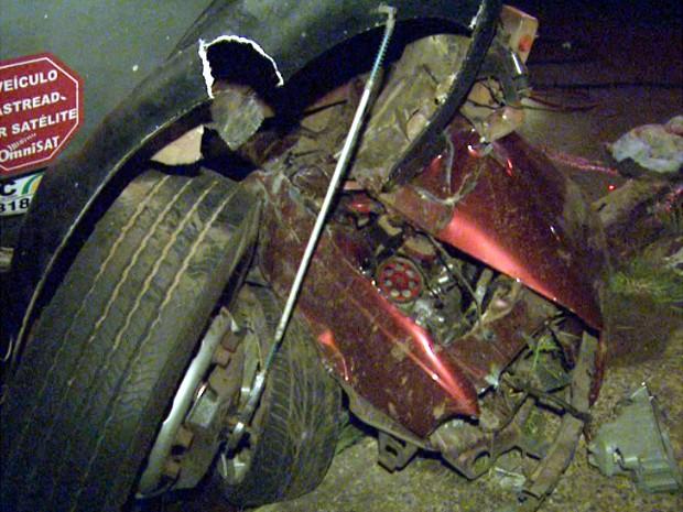 Carro com casal parou embaixo de caminhão após capotar em Santa Bárbara d'Oeste (Foto: Pedro Santana/EPTV)