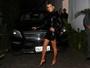 Claudia Leitte usa vestido justinho e mostra as pernas saradas em evento