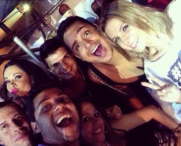 Fernanda D'Avila e amigos posam com Carla Perez e Xanddy do Harmonia (Foto: Arquivo Pessoal)