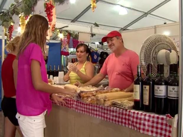Diversas barracas oferecem produtos feitos com a fruta (Foto: Reprodução / TV Tribuna)