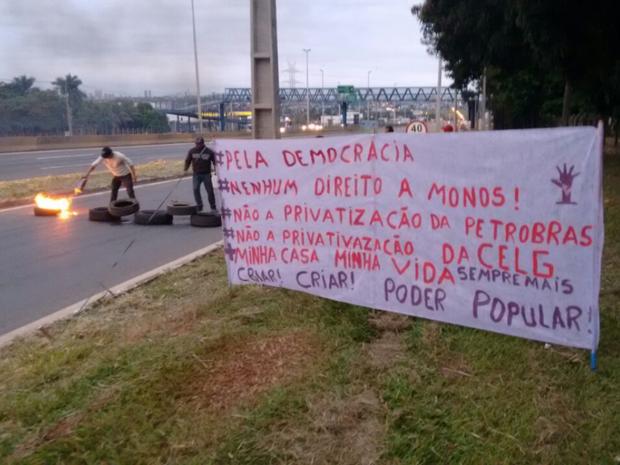 Membros do MTST prostestam contra o impeachment da presidente Dilma, em Goiás (Foto: Divulgação/MTST)