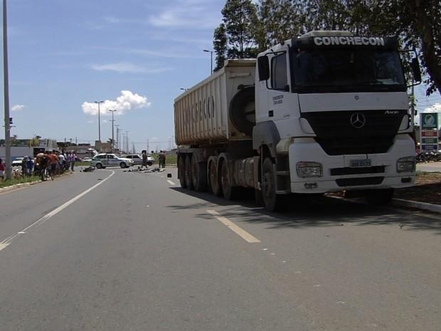 Homem e mulher morrem em acidente entre moto e caminhão, em Goiânia, Goiás (Foto: Reprodução/TV Anhanguera)