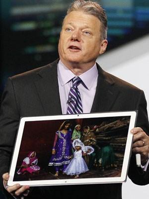 O executivo da Panasonic Joe Taylor mostra o tablet de 20 polegadas da companhia (Foto: Rick Wilking/Reuters)
