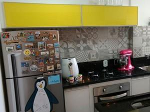 A cozinha ganhou armários amarelos que contrastam com o cinza dos azulejos. (Foto: Caio Macedo / Arquivo pessoal)