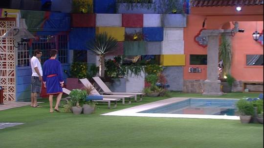 Emilly recusa ajuda de Marcos e Ilmar para arrumar as malas: 'Quero ficar sozinha'