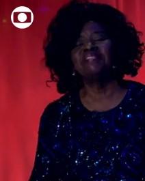Sem salário, Marilza canta e dribla a fila de doações